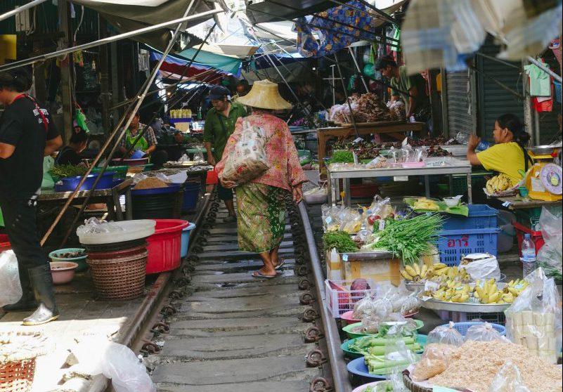Mae Klong – Mit dem Zug durch den Markt